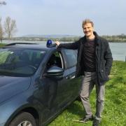 Michael Edlinger neben einem Polizeiauto an der Donau