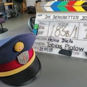 Polizistenmütze und Regietafel am Set von Die Bergretter mit Martin Leutgeb